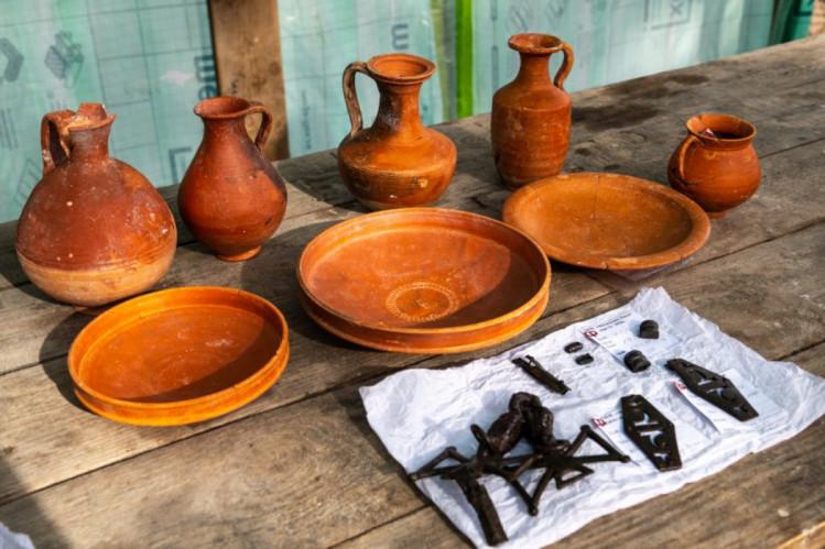 Окупанти похизувалися античною здобиччю з незаконних розкопок поруч із Севастополем